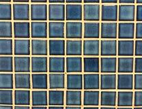 Blå glansig mosaiktegelplatta som bakgrunden Arkivbild