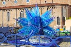 Blå Glass skulpturskärm av Simone Cenedes i Murano Royaltyfria Foton
