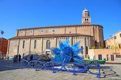 Blå Glass skulpturskärm av Simone Cenedes i Murano Arkivbilder
