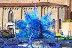 Blå Glass skulpturskärm av Simone Cenedes i Murano Royaltyfria Bilder