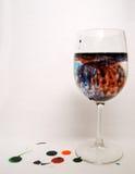 blå glass vätskerött vin Arkivbilder