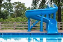 Blå glidare på simbassäng royaltyfri fotografi