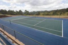 Blå gräsplan för tennisbana Royaltyfri Bild