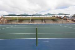 Blå gräsplan för tennisbana Arkivfoto