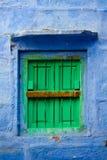blå green shutters väggen royaltyfria foton