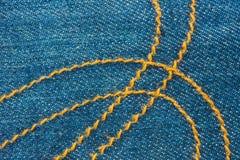 Blå grov bomullstvill Jean och den gula sömmen texturerar bakgrund Royaltyfri Foto