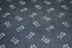 Blå grov bomullstvill med vita blommor fotografering för bildbyråer