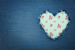 Blå grov bomullstvilljeans med grön hjärta Royaltyfri Fotografi