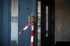 Blå grungy dörr på en fabrik Arkivfoton