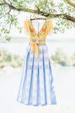 Blå gul handgjord klänning Arkivbilder