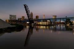 Blå/guld- timme/solnedgång - Cleveland, Ohio horisont med broar Arkivfoto