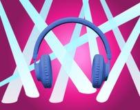 Blå hörlurar på rosa färgstrålkastare Royaltyfri Bild