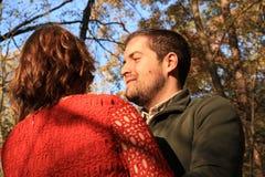 Blå hösthimmel med den unga mannen som ser kvinnaframsidan Royaltyfria Bilder