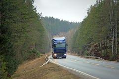 Blå halv lastbil på Forest Highway Arkivbilder
