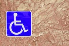Blå handikappparkering eller rullstol på väggtegelsten Royaltyfria Foton