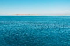 Blå hav och ö arkivbild