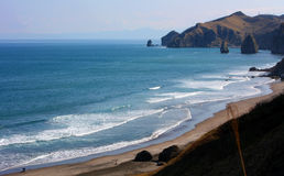 Blå hav och moutain Royaltyfri Foto