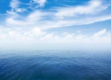 Blå havs- eller havvattenyttersida med horisonten och himmel