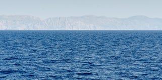 Blå havshorisont med berg Royaltyfri Foto