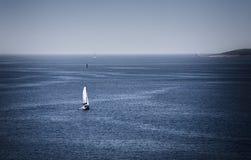 blå havsyacht Arkivfoto