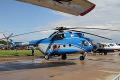 Blå helikopter Mi-8 på den internationella flyg- och utrymmesalen Royaltyfria Bilder