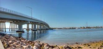 Blå himmel över brokörbanan som reser på Marco Island Arkivbilder
