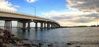 Blå himmel över brokörbanan som reser på Marco Island Royaltyfri Bild