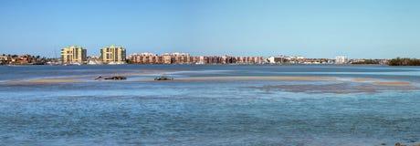 Blå himmel över brokörbanan som reser på Marco Island Arkivfoton