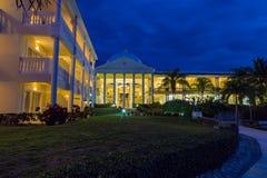 Blå himmel över den storslagna Palladiumsemesterorten Jamaica västra Indies royaltyfri foto