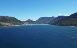 Blå himmel över det blåa havet royaltyfri fotografi