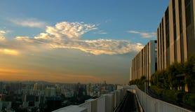 Blå himmel över skyskrapor Arkivfoto