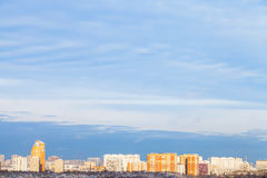 Blå himmel över staden som är upplyst vid aftonsolen Royaltyfria Bilder