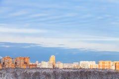 Blå himmel över staden som är upplyst vid aftonsolen Arkivfoto