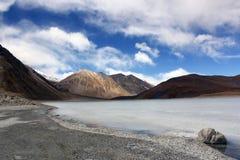 Blå himmel, berg och djupfryst Pangong Tso sjö, Leh Arkivfoton