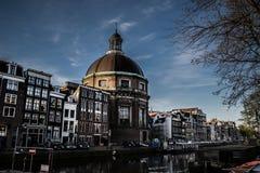 Blå himmel för Amsterdam kanalscape Arkivbild