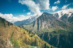 Blå himmel för berglandskap med molnsommar Royaltyfri Bild