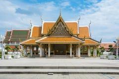 Blå himmel för härlig forntida thai tempel Arkivbild