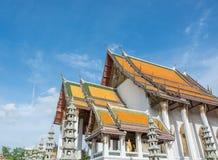 Blå himmel för härlig forntida thai tempel Arkivfoton