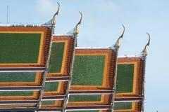 Blå himmel för härlig forntida thai tempel Arkivbilder