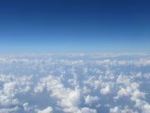 Blå himmel för högt moln Arkivbilder