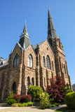 Blå himmel för historiska stenkyrkakyrktorn arkivfoto