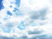 Blå himmel för mjuk fokus med moln Arkivbild