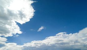 Blå himmel för moln, når att ha regnat Arkivfoto