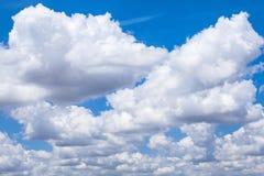 Blå himmel för molnig dag Arkivbild