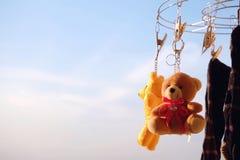Blå himmel för nallebjörn i morgonen royaltyfri bild