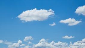 Blå himmel för natur med fluffiga moln Royaltyfria Foton
