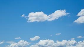 Blå himmel för natur med fluffiga moln Royaltyfria Bilder