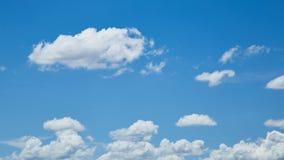 Blå himmel för natur med fluffiga moln Arkivbild
