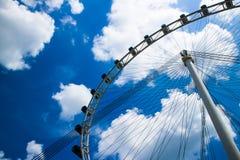 Blå himmel för pariserhjul och för moln Arkivbilder