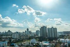 Blå himmel för stadstorn Arkivbild